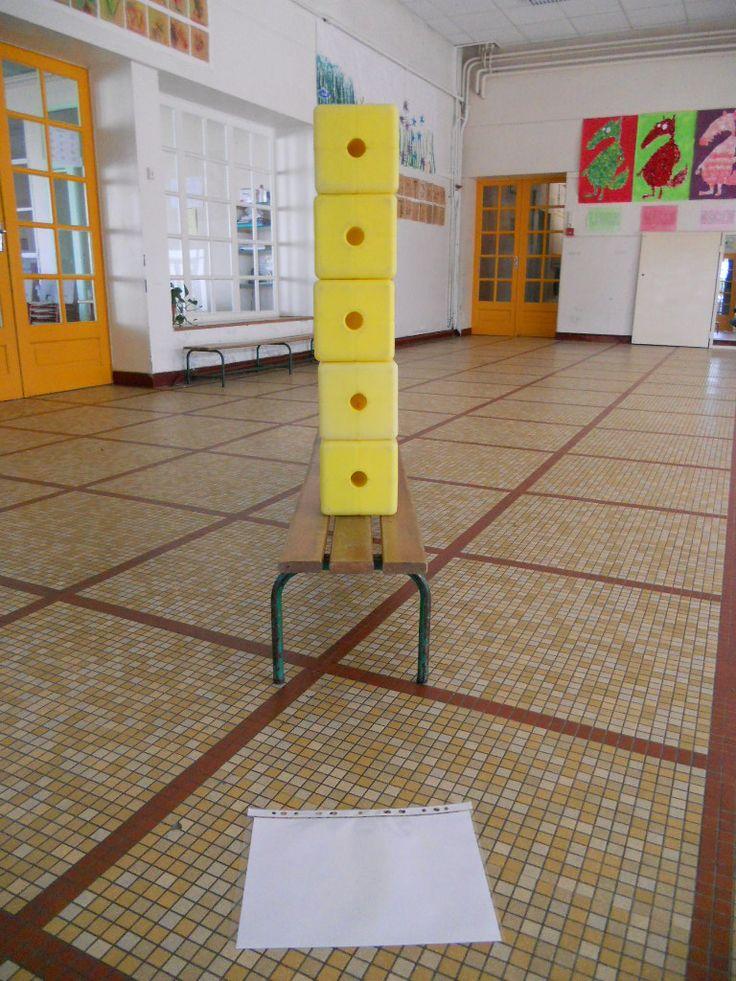Jeux des cinq tours : En se positionnant à l'une des extrémités du banc, on ne voit qu'une seule tour (Point de vue N°1). L'enfant pourra écrire sur le feuille le nombre de tour(s) visible(s) à chaque point de vue.