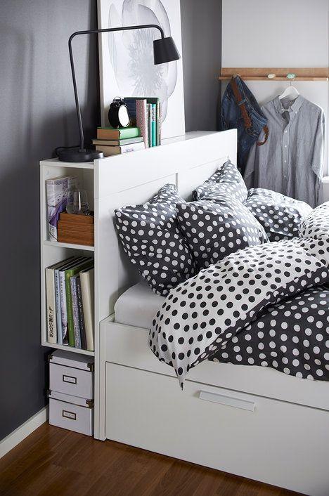 Najde se spousta věcí, které potřebujeme mít po ruce v posteli – knížka, časopisy, brýle, ovladač k televizi, léky… Kam je ale schovat, když nemáme noční stolek? Do čela postele! Praktické čelo Brimnes se skrytými policemi vás nadchne, cena 2000 Kč; IKEA