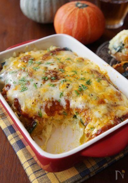 旬のかぼちゃをごはんと混ぜ、ミートソース、ピザ用チーズを掛けて焼きました。ホクホク甘いかぼちゃと、濃厚なミートソース、とろ~りチーズの組み合わせは子どもに大人気!市販のミートソースを使えば、手軽に作れます。