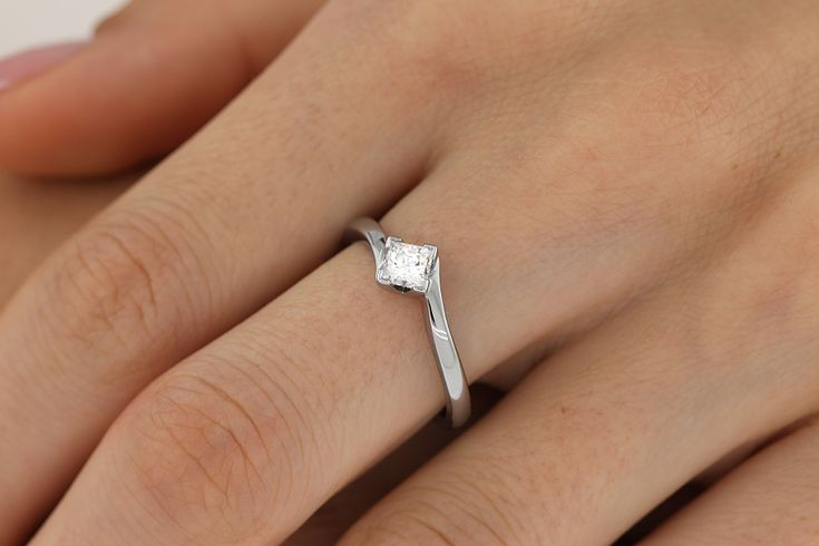 Inel de Logodna Solitaire Dama Aur Alb 18kt cu un Diamant Princess In Setare Gheare, Inel Twist - RD221W