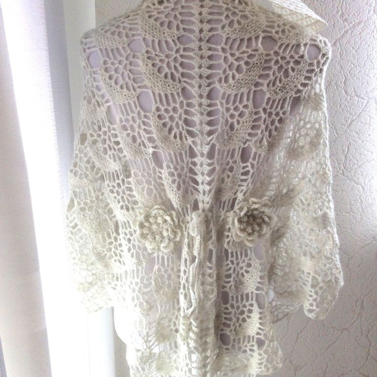 Gehaakte witte sjaal met subtiel glitter, fijn gehaakt met bloemen op de rug en bindkoordje. Crochet lace Shawl in white. Discount until 30-04-2017. Wedding, Mother's Day gift 🎁or summer, spring or any day.Bruiloft, Moederdag of elke andere gelegenheid.