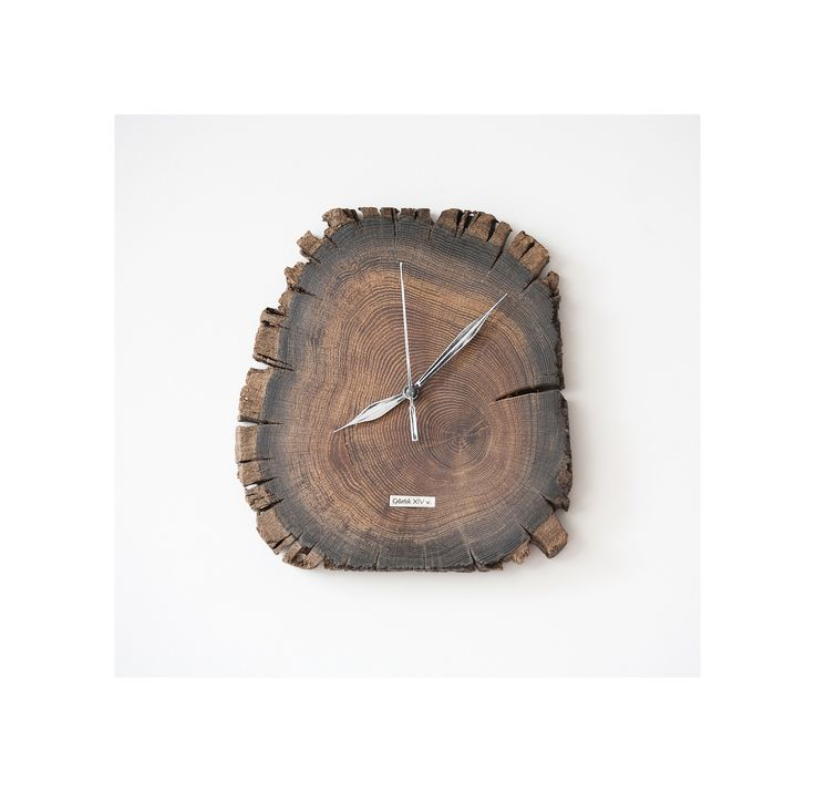 Model no 5 *). This clock is made of construction wood from the buildings of the Old Town of Gdansk. Black oak dating back to the 14th century. Size: 25 cm x 23 cm.