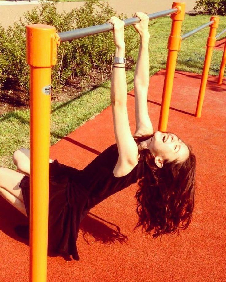 モデルのフランク奈緒美ロレインさんのInstagram(インスタグラム)写真「..逆上がり#断念 😂笑.#公園 #公園遊び #逆上がり #park #smile #今は #いいお天気 🌞#夕方からは#また雨 ☔️」