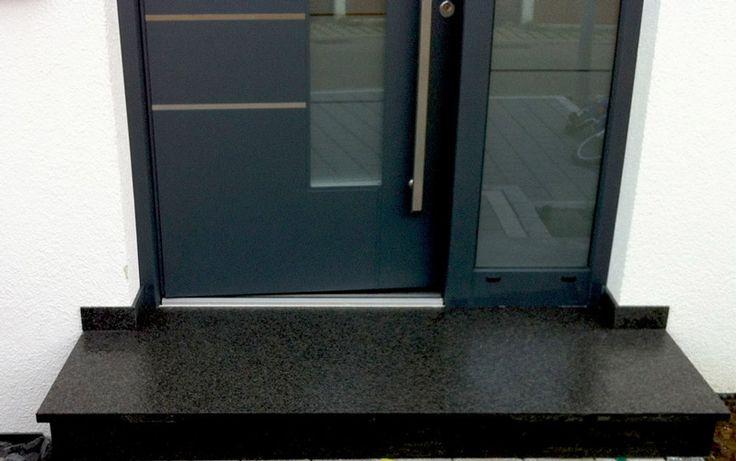 Eingangstreppe als granitpodest mit setzstufen in schwarz ...