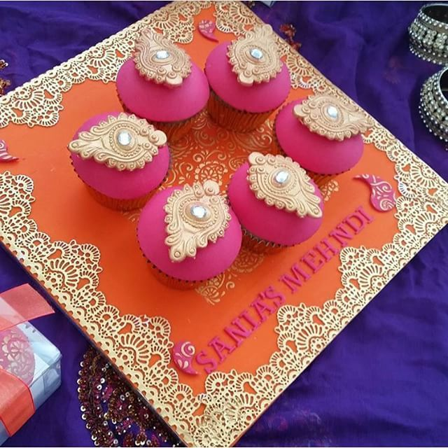 Instagram media voguecakery - Brooch: Medallion  Available To Buy Online: www.voguecakery.com  Cupcake Platter By @the_vintagecupcake  #VogueCakery