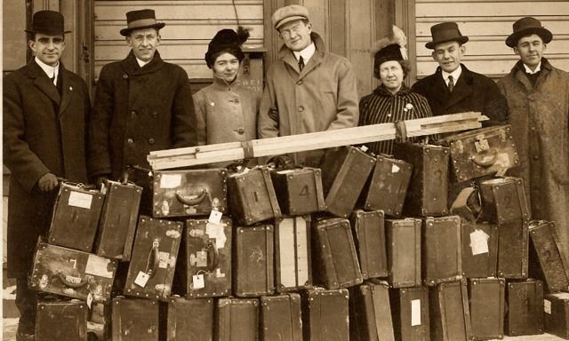 """Estudantes da Bíblia e caixas com equipamentos usados para a exibição do """"Fotodrama da Criação"""""""