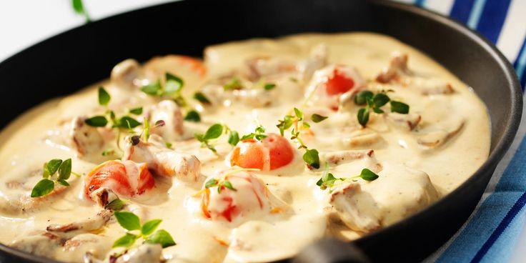 Fläskfilé i ugn, fläskfilégryta, stekt fläskfilé... Det finns en hel uppsjö med recept på fläskfilé. Vi rekommenderar kombinationen svamp och fläskfilé och gärna kantareller. Svampens jordiga smak gifter sig perfekt med det söta, milda köttet. Att laga köttet i panna gör det både enkelt och gott och med lite extra kantarellfond blir såsen extra smakrik – en perfekt middag för hela familjen helt enkelt!