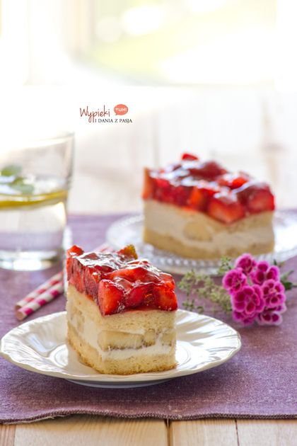 Przekładaniec z bananami, truskawkami i galaretką (cream strawberry banana cake)