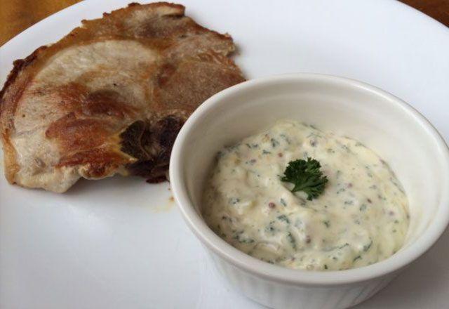 Sauce tartare légère WW, une bonne sauce au fromage blanc facile et simple à réaliser, parfaite à servir avec les plats de viande, de poisson et des légumes.