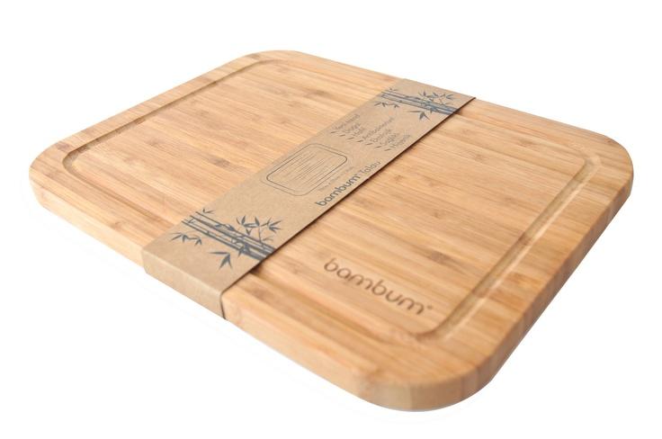 %100 bambudan üretilen Bambum kesme tahtaları, bambunun sert ve dayanıklı yapısı sayesinde elinizden düşüremeyeceğiniz özel kesme tahtalarınız olacaktır. Bambum Talau kanallı yapısı ile doğradığınız besinlerin suyunun tezgahınıza akmasını engellmekle beraber üç farklı boy seçeneği ile mutfağınızdaki tüm kesme tahtası ihtiyacınıza çözüm sunacaktır.     Ürün Boyutları (cm) : 33x25x1.8