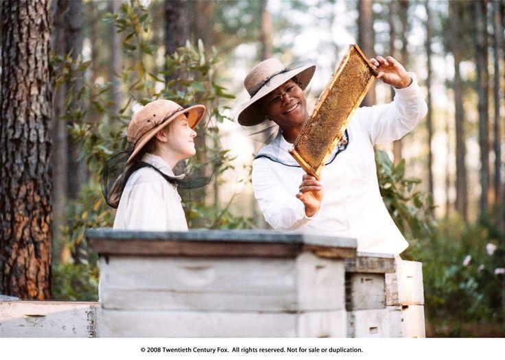 6. De drie zussen zijn gefascineerd door bijen. Ze leren Lily alles over de honing die ze zelf maken en over hoe je bijen moet houden.