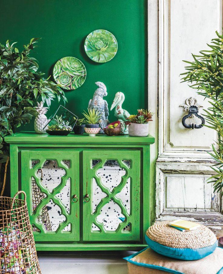 A hagyományos színtan szerint a smaragdzöldet császárzöldnek is szokták nevezni, hisz egyfajta emelkedettséget, eleganciát sugároz. A lakberendezésben elsősorban a nagy méretű otthonokban alkalmazzák, de mivel a feng shui szerint a pozitív változások színe, nekünk is érdemes becsempészni a lakásba.