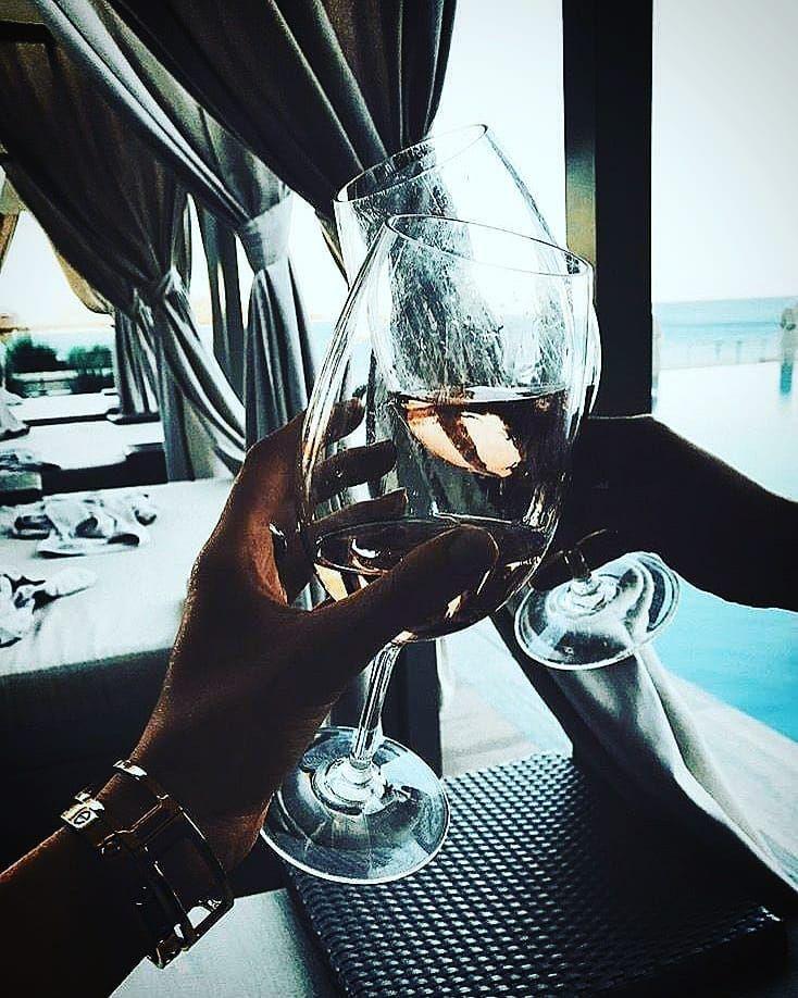 Девушки с бокалом шампанского без лица