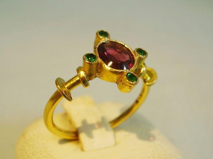 Antieke gouden ring met almandien en groene toermalijn