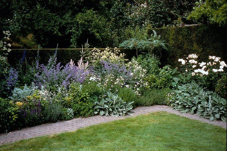 De tuin aanplanten is vaak het hoogtepunt van een nieuwe tuin, maar hoe kies je nu de juiste planten? En waar moet je verder allemaal op letten bij het maken van een beplantingsplan?