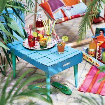 Une table d'appoint dans une cagette en bois / table, tray, upcycling, outside, summer,