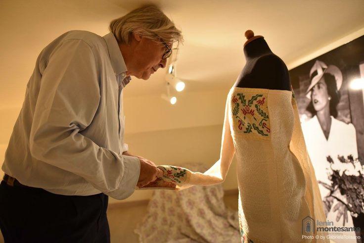 Vittorio Sgarbi visita lo store Celestino Tessuti di Rossano e ammira una delle nuove creazioni fashion.