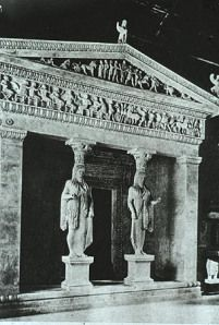 Tempio in antis, Santuario di Apollo a Delfi databile circa alla metà del VI sec a.C. è uno dei tesori dei Cnidi. la cosa interessante è che il tempio comunemente viene sorretto da colonne, qui invece il tempio viene sorretto da due korai che essendo tali vengono rappresentate con le gambe unite, con il chitòne (tunica tipica delle donne greche) e con l'himation posto sopra come un mantello. Ovviamente sono abbellite da elementi aggiunti come orecchini e diademi. Molto elegante e…