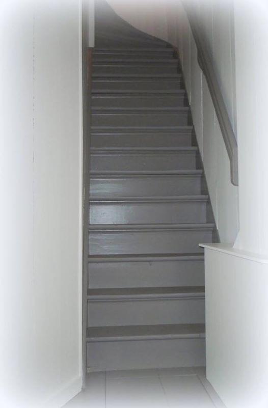 25 beste idee n over verf trap op pinterest trappen schilderen geschilderde stoepen en - Geschilderde houten trap ...