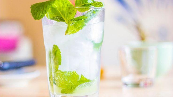 Mojito cocktail, cocktail con rum, menta, zucchero e lime, Mojito cubano