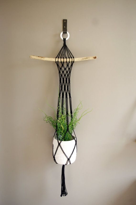 Suspension pour plantes en macramé noir et bois par Josephinedeco                                                                                                                                                                                 Plus