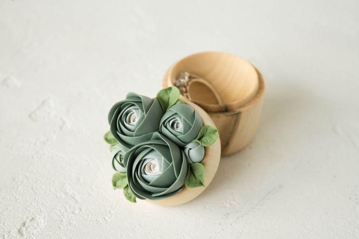 Wunderschöne Ringbox mit floraler Verzierung. Gefunden auf Etsy.