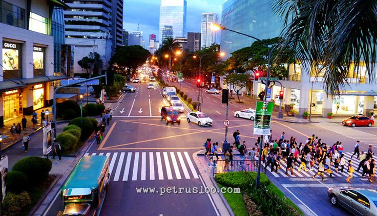 Berjalan ditengah keramaian pusat bisnis Makati, Manila