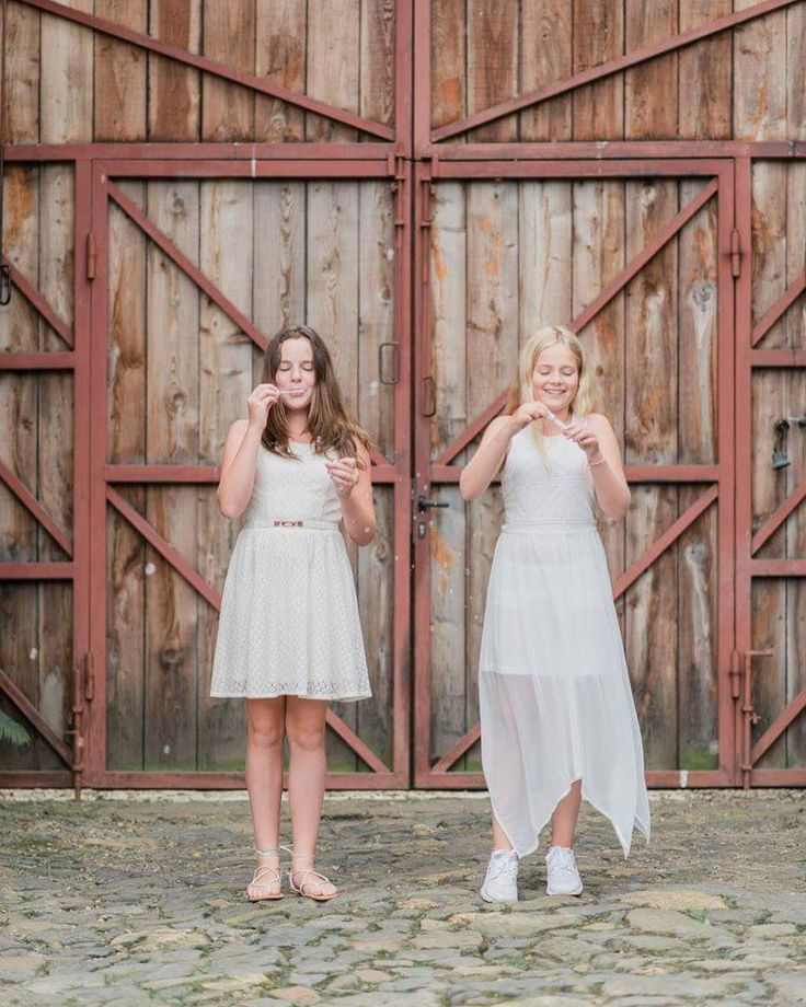 Less is more, they say. These rustic wooden barn doors create a warm backdrop for these boho bridesmaids. #wedding photography