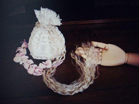 19世紀ボビンレースのアンティークベビー帽で作った巾着に、ブロンドの長い髪の編み環つき。主人公が夜ごと王子を部屋に招き入れて逢瀬を重ね...グリム童話のラプン...|ハンドメイド、手作り、手仕事品の通販・販売・購入ならCreema。