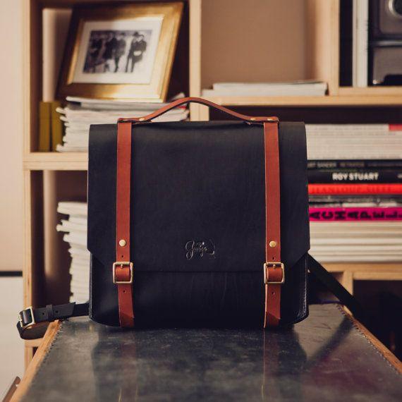 Le cartable est un classique du sac pour homme et femme, celui-ci est réalisé en…