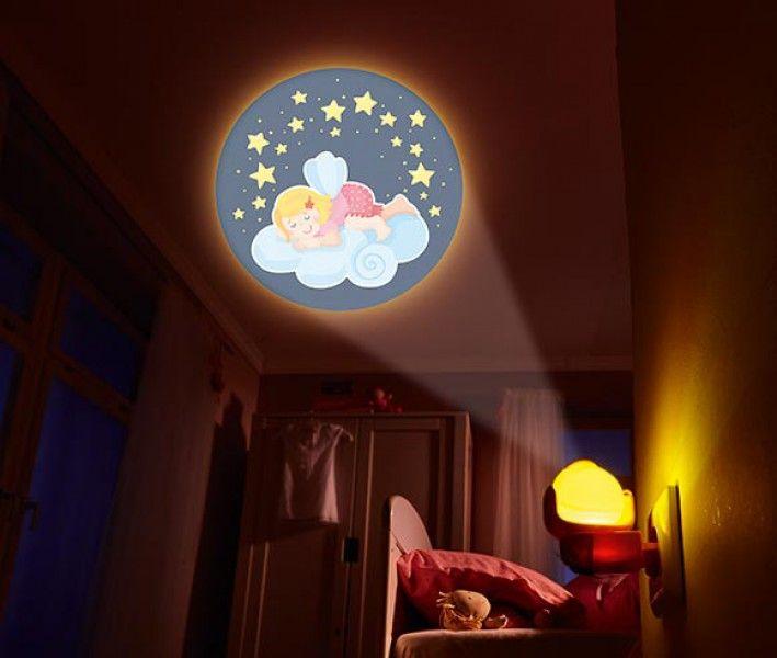 HABA Kinderlamp Nachtlampje Fee - Leuk nachtlampje dat mooie afbeeldingen van verschillende feeën in de sterrenhemel projecteert op het plafond of de muur. De afbeeldingen kunnen handmatig worden aangepast met de draaischijf bovenop. Het nachtlampje kun je in het stopcontact steken en gaat automatisch aan wanneer het donker wordt. Materiaal: Kunststof