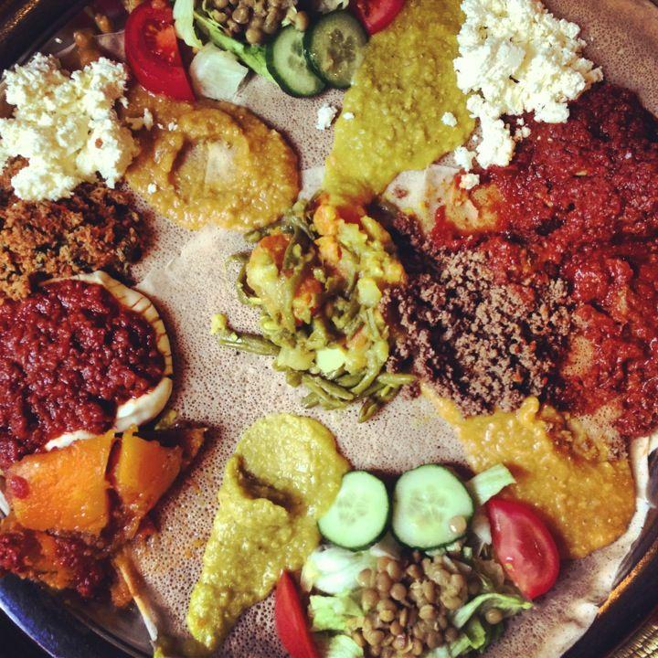 Abyssinia Afrikaans Eetcafe in Amsterdam, geheel in Afrikaanse stijl. Samen een schaal met speciale gerechten delen, vergezeld door fruitbier. Voor weinig geld een schaal vol! http://www.abyssinia.nl/