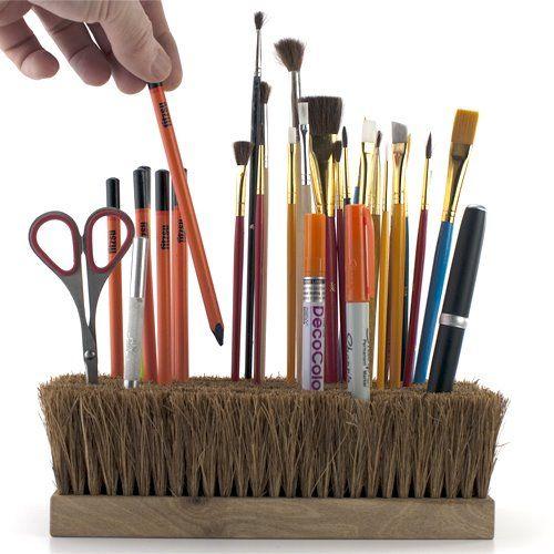 Suporte para lápis e pincel feito de escova velha