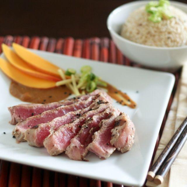 Atún y mango: Dinner, Sauce Love Tuna, Grilled Tuna Steaks, Sauces, Rare Tuna, Mango Sauce Love, Fire Eel, Products