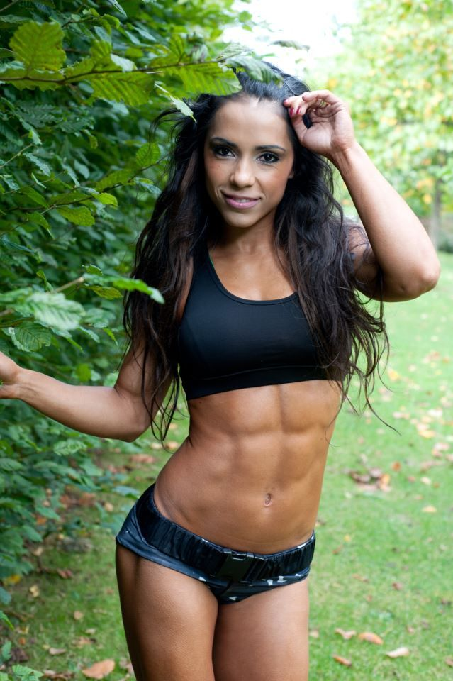 Love her abs.. i want my too look like that.. time to work out.. i need a trainer.. :)
