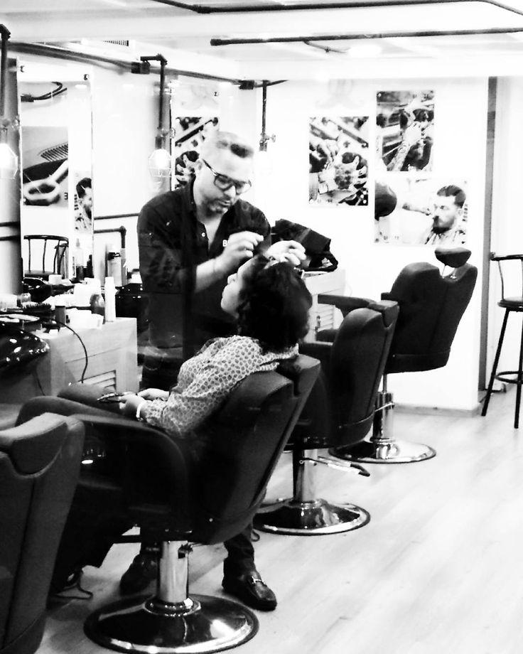 Buenos días!  Las chicas también tienen su espacio para consentirse con nosotros. Contamos con los servicios de sacado de cejas tatuaje de las mismas y  difuminado temporal. Este procedimiento es sumamente recomendado para las chicas que desean invertir poco tiempo en el maquillaje de sus cejas ya que tiene una duración de dos semanas o quizás un poco más dependiendo del cuidado personal de las mismas.  #bigote #bigoterd #bigotebarbershop #barber #barbershop #barberia #men #girl…