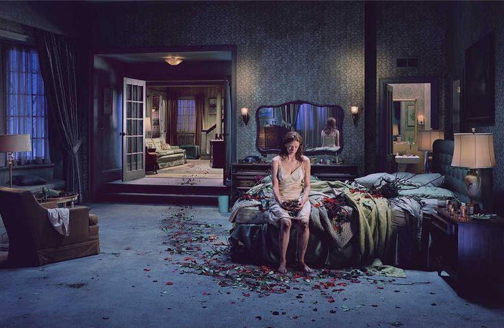 Letto di rose, Gregory Crewdson (2005) Niente di romantico, sembrano suggerire gli indizi disseminati in questa foto. I petali sparsi per la camera conducono ad un mazzo rinsecchito di rose che giace dentro al letto, che ancora una volta diventa il luogo in cui si consuma - e contemporaneamente si mette in scena - la depressione come male di vivere