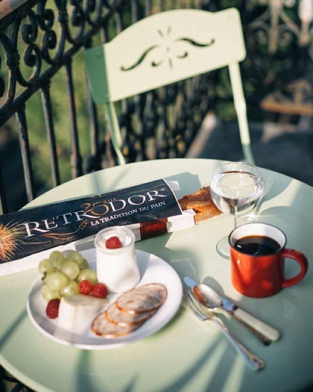 巴黎晨出採買,如花香甜美的葡萄,Saucisson, Baguette!再來ㄧ杯黑咖啡,便能和美麗的街景和陽光共渡早餐。