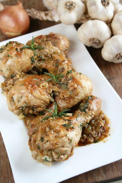 W sumie to lubię dusić kurczaka na patelni, bo tak naprawdę to niewymagający, a smaczny obiad. Mięso jest mięciutkie, a sos pachnący i delik...