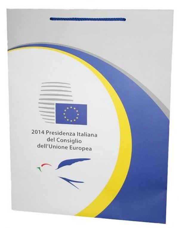 Eine unserer neuesten bedruckten Papiertaschen für die Europäische Union. Eine sehr schöne Papiertasche mit einem 4c-Druck sowie matter Laminierung und einer farblich passender Baumwollkordel.