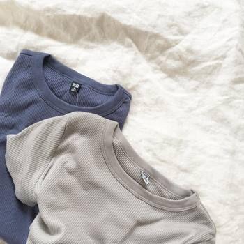 ユニクロのリブクルーネックTシャツは、「メンズライクな詰まった首元」と「身体に適度にフィットしたきれいなライン」のギャップが、おしゃれな人たちにいま大注目を浴びているんです。