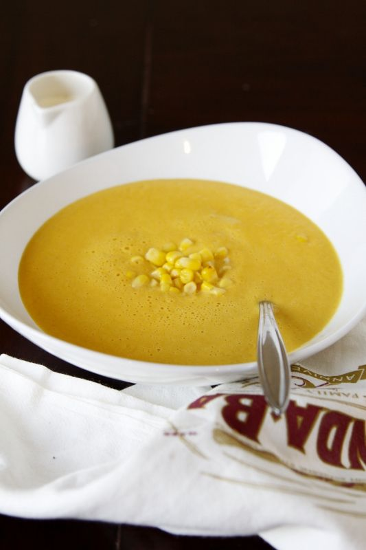 Kukuřičná krémová polévka - v sezóně používám pečený klas kukuřice. Hlavní motiv: opražená cibulka, pečená kukuřice, mrkev, brambory - povařit ve vývaru se sušenou pomerančovou kůrou a kořením. Rozmixovat, přecedit slupky, podávat posypané opraženou cibulkou a slaninou.
