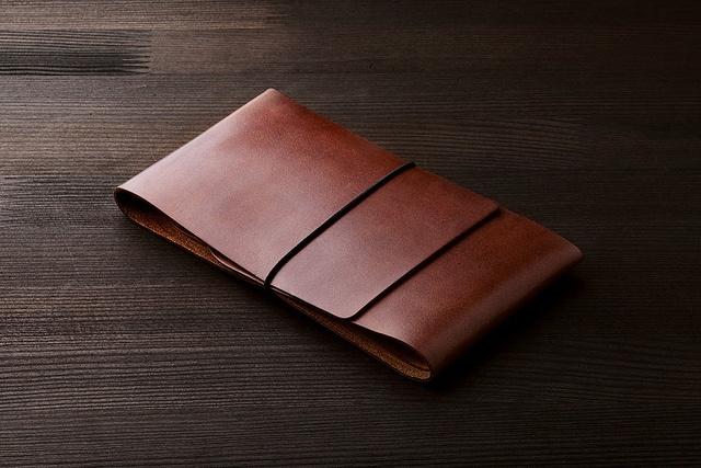 Handmade leather wallet by Manekibook