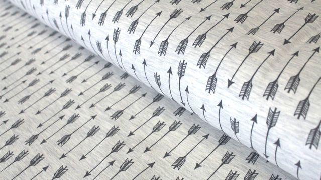 Dieser dünne, weiche Jerseystoff ist ein mit Pfeilen verzierter graumelierter Baumwolljersey.   Der Stoff ist leicht elastisch und eignet sich daher hervorragend für weit geschnittene Oberteile.  Unsere Stoffe werden immer am ganzen Stück und in einem Paket verschickt. Auch bei der Verpackung achten wir auf unsere Umwelt. Die Farben unserer Fotos können auf deinem Bildschirm möglicherweise von den Originalfarben abweichen.