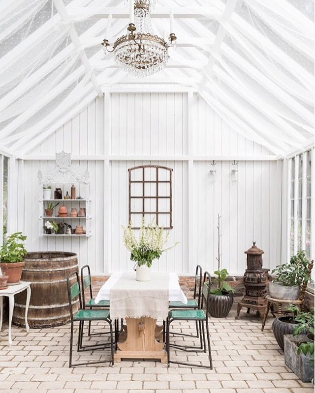 Instagram media by carinaolander - Jag drömmer om att ha ett riktigt fint växthus/orangeri. Ett som ser ut som ett vackert smycke i trädgården. Jag har besökt ett antal vackra i mitt jobb genom åren, som detta hos @annalenaeriksson tex. Jag vill att det ska ha plats både för odling och umgänge, en matplats där man kan sitta och äta under ljusslingans sken långt in på kvällen utan att mygg, knott, regn eller vind ställer till med några som helst besvär. En rekreationsplats i vardagen. Men…