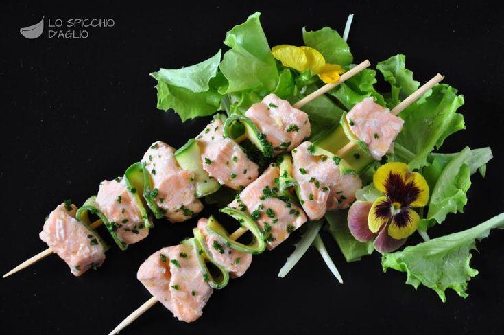 Spiedini di salmone e zucchine a vapore