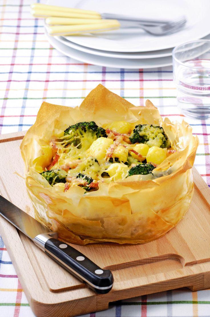 Broccolitaart van filodeeg met krielaardappeltjes en ham