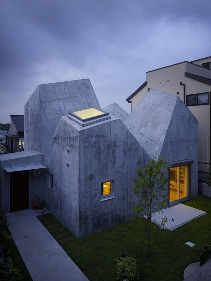 Small but sunshiny house by Torafu Architects