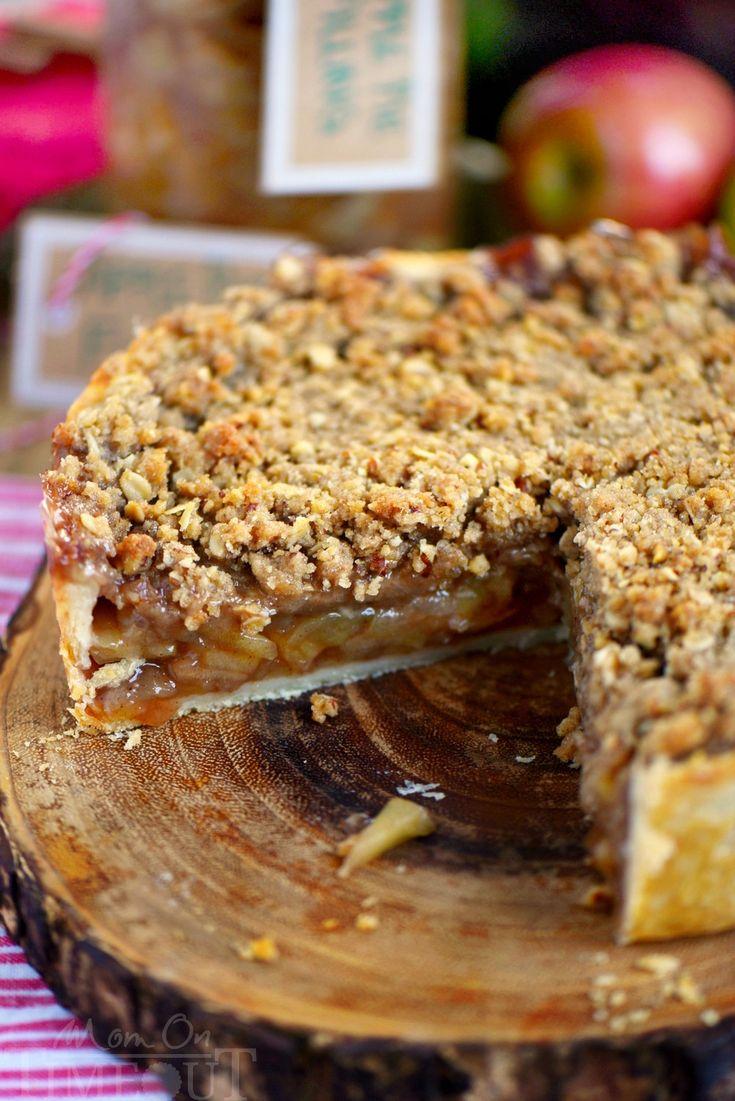 Deep Dish pastel de manzana holandesa se carga con un relleno de manzana con especias y rematado con un crujido, dulce, relleno streusel de la pacana.  Se recomienda servir con una gran bola de helado de vainilla y salsa de caramelo.  Este es el postre para la temporada de otoño!  |  En Tiempo de espera de mama