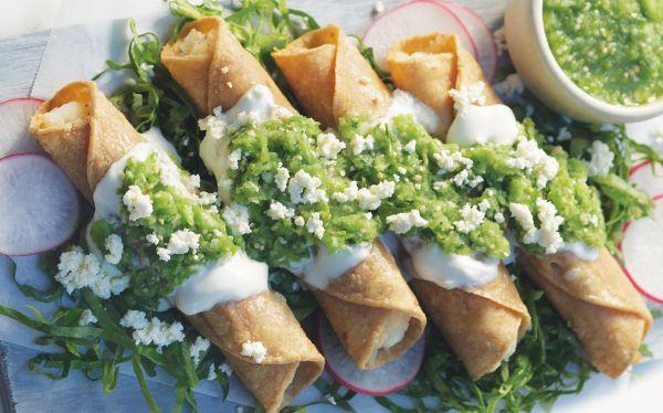 Receta de tacos dorados con salsa verde cruda